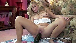 Curvy MILF Liisa uses a huge bottle on her mature pussy