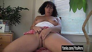 Yanks MILF Lynn Masturbates