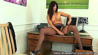 brit milf Lelani boinks her gorgeous vulva with a dildo
