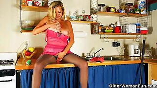 USA milf Kali can't resist her hungry pussy