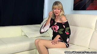 American milf Jamie Foster works her lady bits