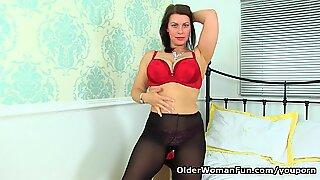 English milf Raven exposes her heavenly body