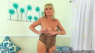 brit gilf Dolly pushes a faux-cock up her fanny